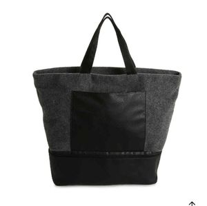 🆕️ Gray felt tote for travelers